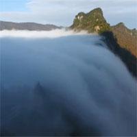 Thác mây tràn xuống rừng thu ở Trung Quốc