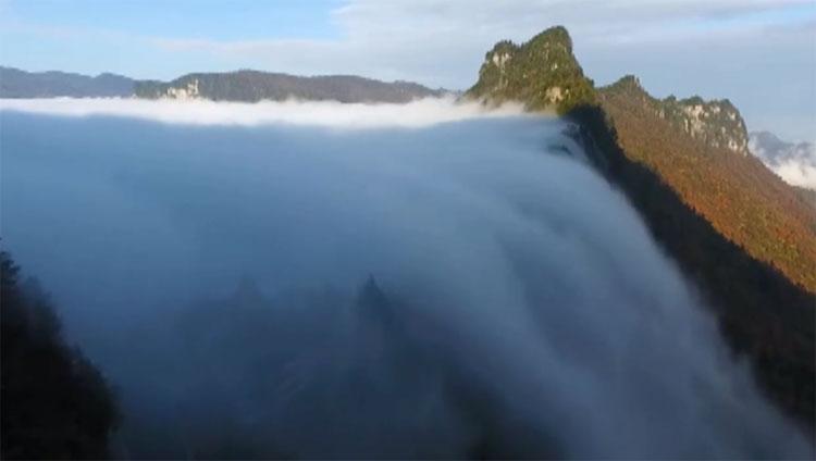 Hiện tượng thác mây xuất hiện sau khi khu vực này có mưa lớn.