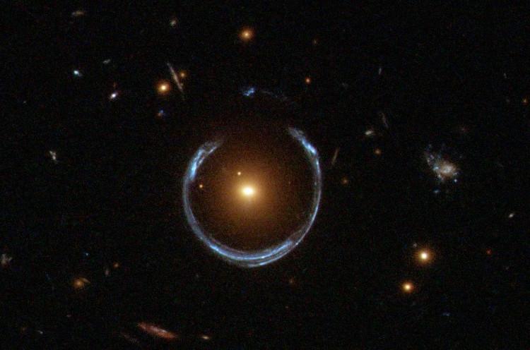 Đây là một thấu kính hấp dẫn đặc biệt, được gọi là Chiếc vòng Einstein.