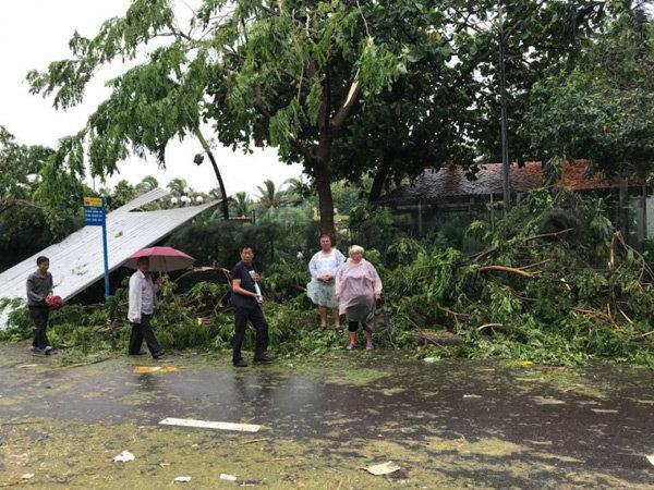 Người dân thất thần trước những thiệt hại do cơn bão dữ gây ra