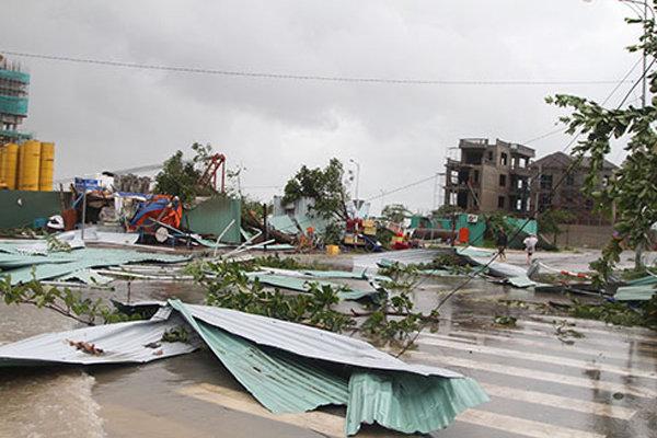 Hiện trường tan hoang trên đường Phạm Văn Đồng, TP. Nha Trang sau khi cơn bão quét qua