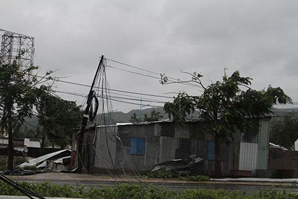 Gió giật cấp 13 khi vào đất liền khiến trụ điển gãy khắp các tuyến đường, gây mất điện kéo dài