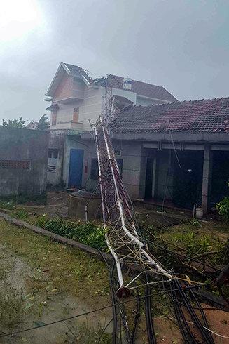 Trụ sóng truyền hình của Đài Truyền thanh Truyền hình huyện Vạn Ninh bị gãy đổ
