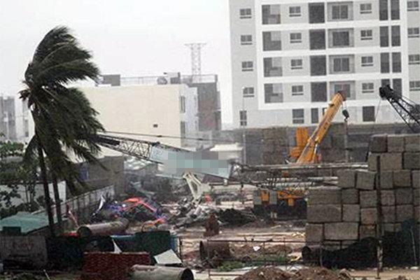 Cần cẩu đang thi công tại dự án trong khu đô thị đổ sập trong gió bão