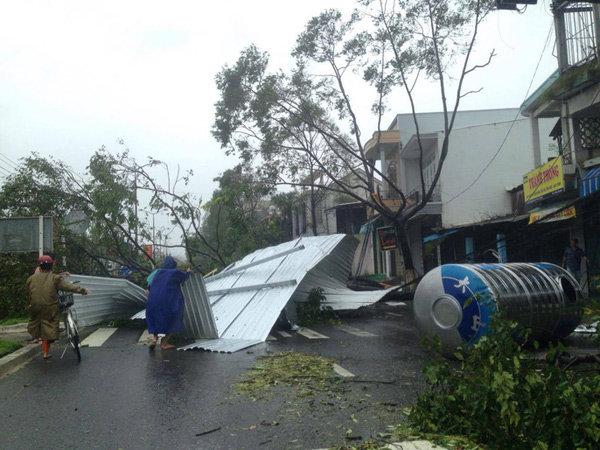 Người dân nơi đây đang tất bật khắc phục hậu quả của cơn bão mạnh