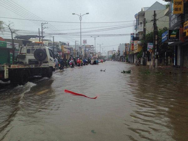 Nhiều tuyến đường đến bây giờ vẫn đang ngập sâu, chưa thoát nước