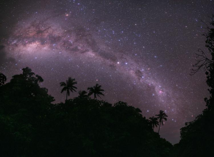 Dải Ngân Hà vắt ngang bầu trời đảo thiên đường Mangaia ở nam Thái Bình Dương.