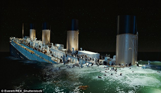 Tàu Titanic chìm dần xuống biển.