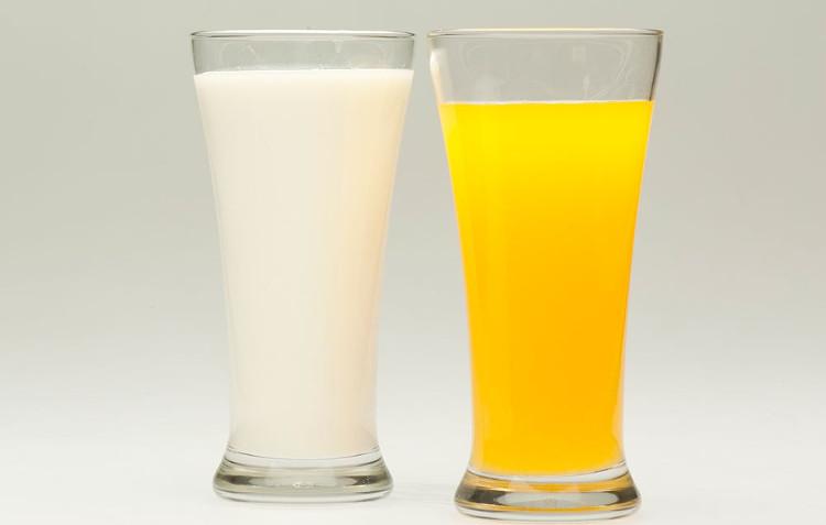 Các chuyên gia khuyến khích bạn chọn sữa thay vì nước cam vào bữa sáng