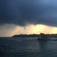 Cây nước xoáy vươn lên trời ở biển Mexico