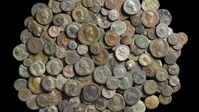 Phát hiện gần 200 đồng xu cổ 2.500 tuổi trong lâu đài cổ ở Anh.