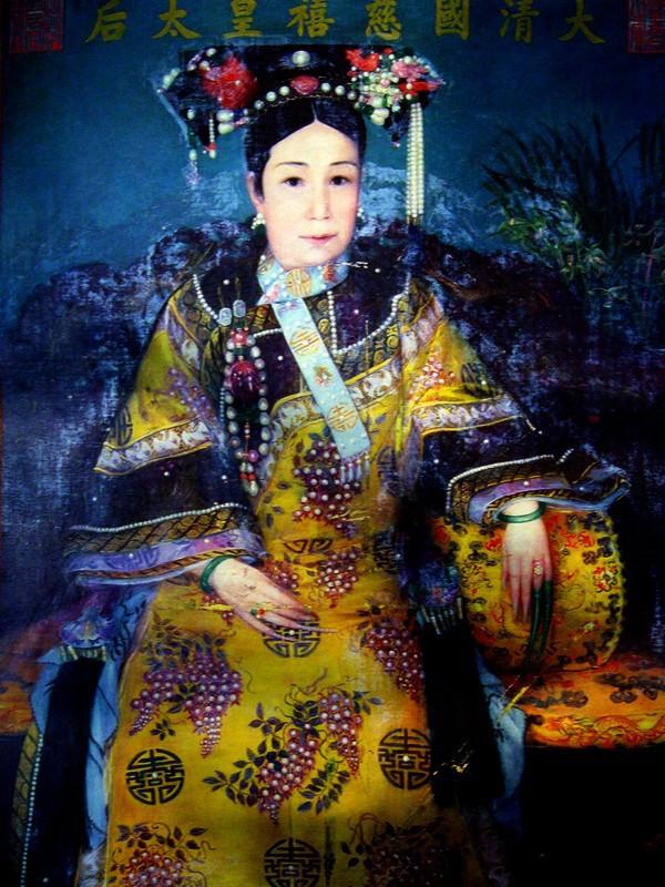 Tranh Từ Hy Thái hậu do một họa sỹ cung đình vẽ không rõ năm.