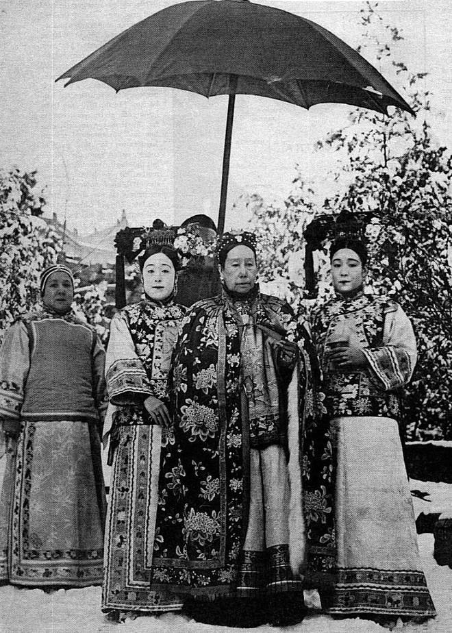 Từ Hy Thái hậu bên các Cách Cách của Thành thân vương.