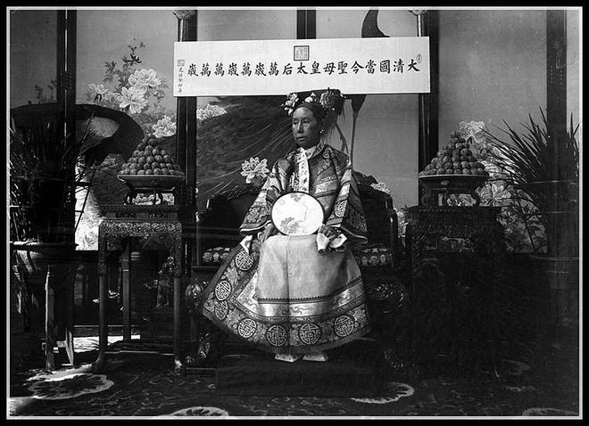 Hình chụp Từ Hy Thái hậu tại tấm lều tạm bày trí tương tự Nhân Thọ điện