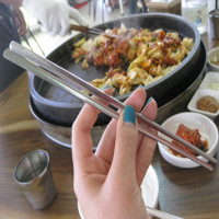 """Vì sao người Hàn lại dùng chiếc đũa """"khó gắp nhất thế giới""""?"""
