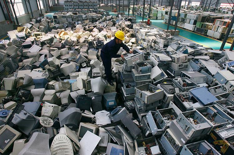 Sắp xếp máy tính bỏ đi ở một nhà máy tái chế rác thải điện tử mới mở ở Vũ Hán, Trung Quốc.