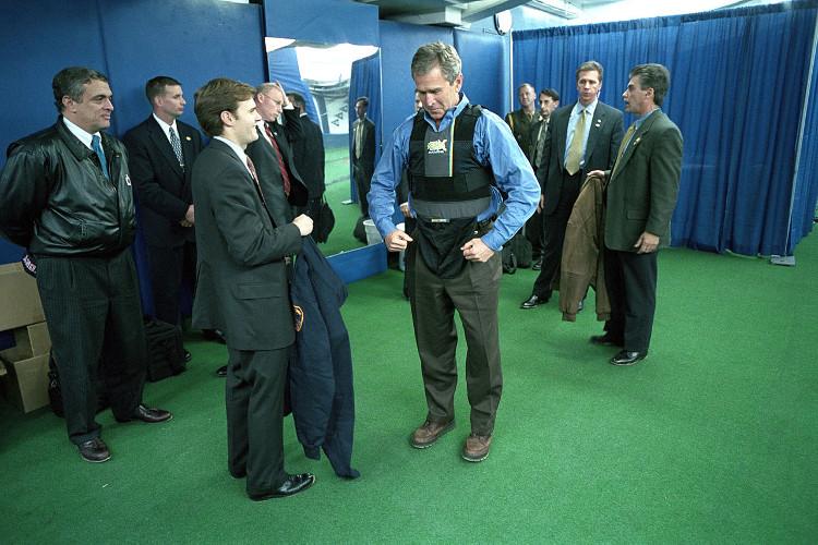 Cựu Tổng thống Bush thử nghiệm áo chống đạn khi còn đương chức.