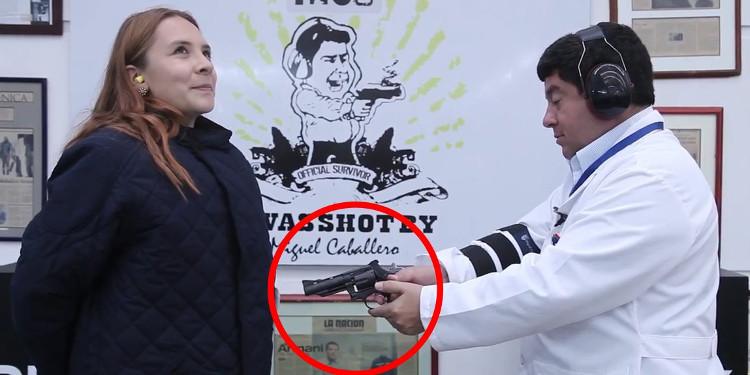 Nhà thiết kế áo chống đạn Caballero thử nghiệm bắn vào sản phẩm đời mới.