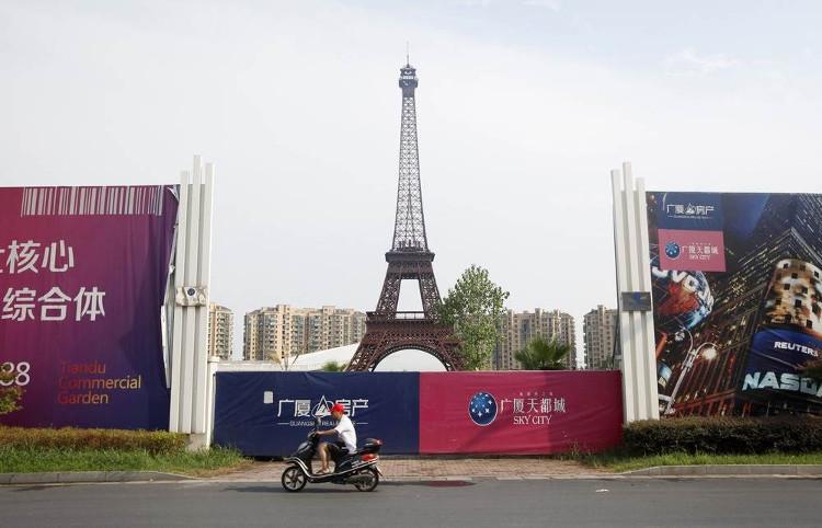"""Chính giữa khu đô thị là bản nhái """"Tháp Eiffel""""."""