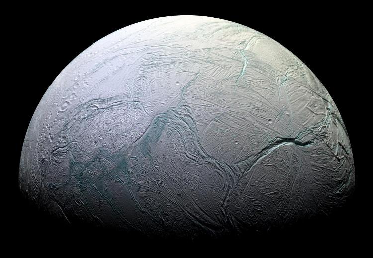 Enceladus – vệ tinh băng giá xoay quanh sao Thổ.