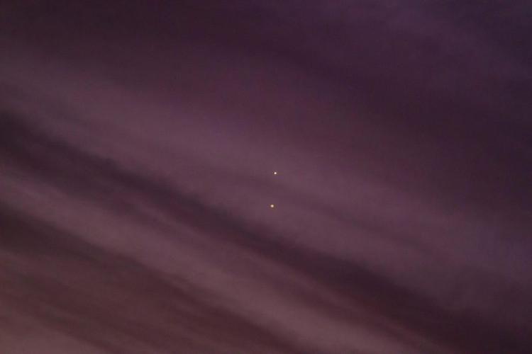 Hình ảnh phóng to cho thấy hai hành tinh tỏa sáng giữa những lớp mây mỏng ở Kathleen, Georgia.