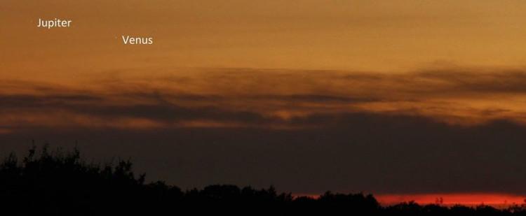 Vương quốc Anh nằm ở vĩ độ thấp nhưng vẫn quan sát được hai hành tinh này tỏa sáng trên bầu trời.
