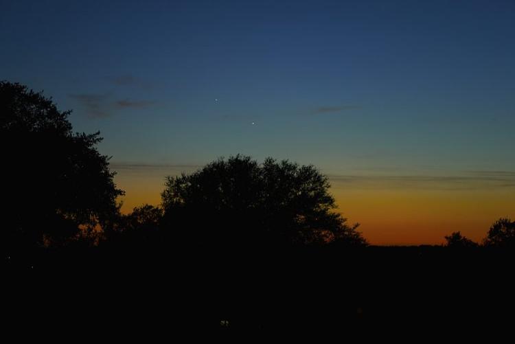 Những đám mây xám trôi lững lờ cùng hai hành tinh sáng trắng trên bầu trời Austin, Texas.