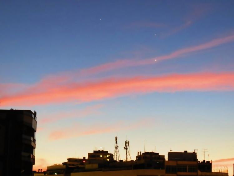Mặt Trời đang dần xuất hiện khiến cả bầu trời sáng rực