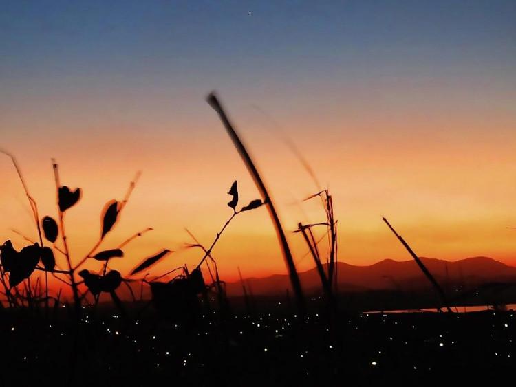 Bình minh thật đẹp với hai hành tinh giao hội trên bầu trời Rio de Janeiro, Brazil.