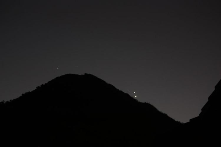 Hai hành tinh tỏa sáng rực rỡ trên một sườn núi ở Nam Phi.