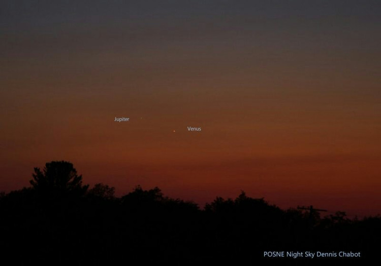 Hai hành tinh đắm chìm trong ánh sáng bình minh.