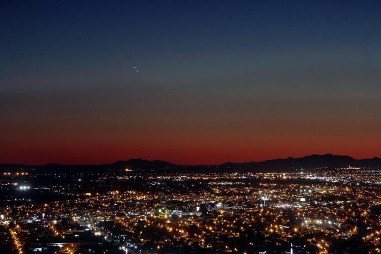 Sao Kim và Sao Mộc thật sáng trên bầu trời Hermosillo, Mexico.