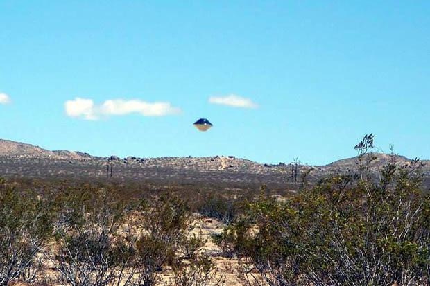 Vật thể bay trên sa mạc.