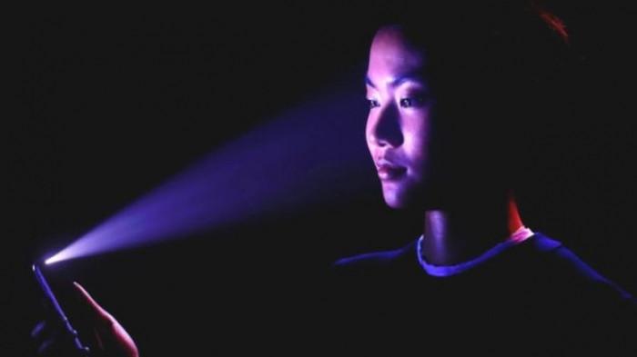 Hệ thống đèn hồng ngoại trên iPhone X khi hoạt động được ghi lại bởi camera hồng ngoại.