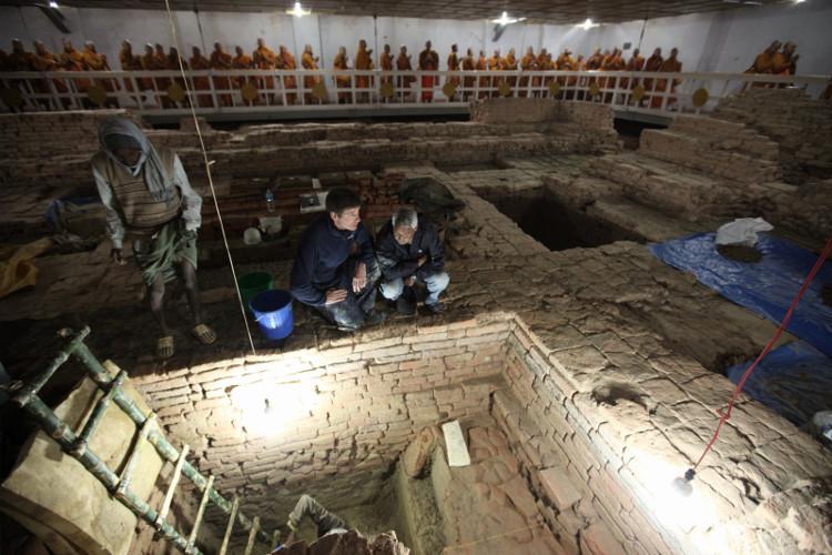 Các nhà khảo cổ bên ngôi đền.