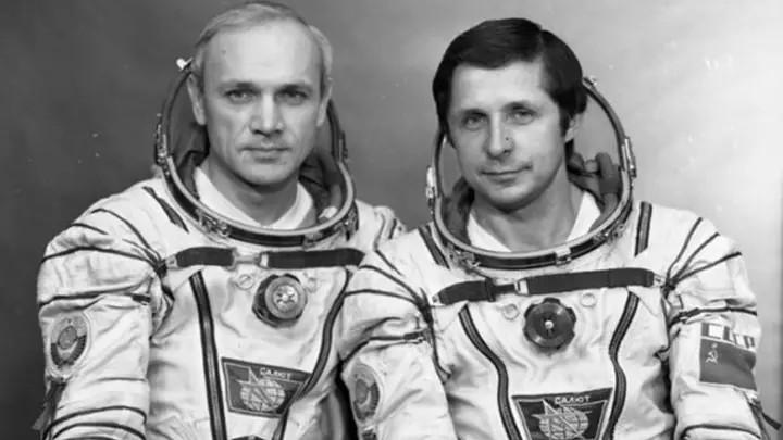 Vladimir Dzanhibekov và Viktor Savinykh.