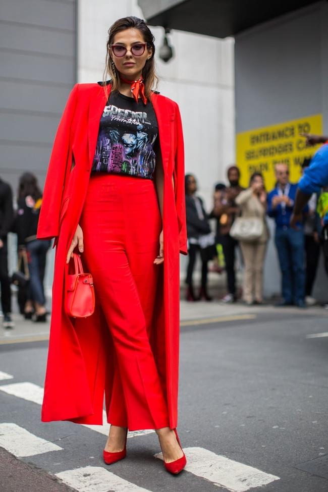 Trong thời trang, đỏ là một trong những màu được phái nữ ưu ái nhất khi xuất hiện trên phố.