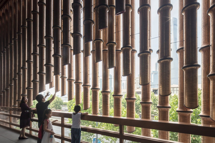 Người dân thích thú ngắm nhìn kiến trúc độc đáo của tòa nhà.