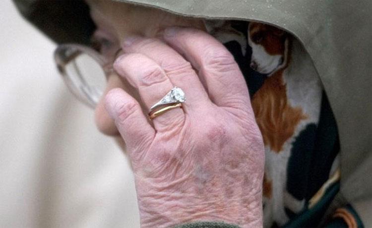 Chiếc nhẫn đính hôn của Nữ hoàng Elizabeth có nguồn gốc đặc biệt.