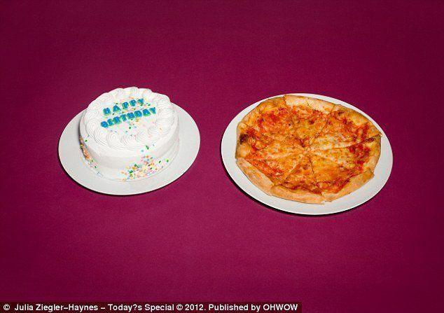 Cũng lựa chon pizza nhưng tử từ David Leon Woods lại ăn kèm với bánh sinh nhật.