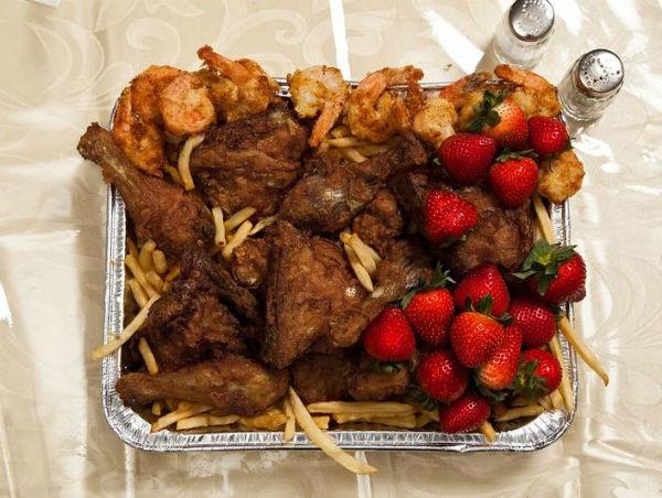 John Wayne Gacy, 52 tuổi sống ở Illinois lại yêu cầu một bữa ăn đầy ắp tôm, gà rán cùng khoai tây chiên và dâu tây.
