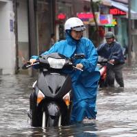 Áp thấp nhiệt đới tan, lũ miền Trung lên nhanh