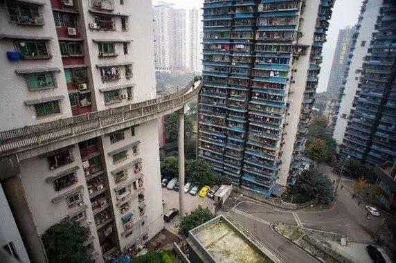 Và món đặc sản chỉ có duy nhất tại Trùng Khánh: Đường sắt trên cao chạy xuyên qua các tòa nhà cao tầng!