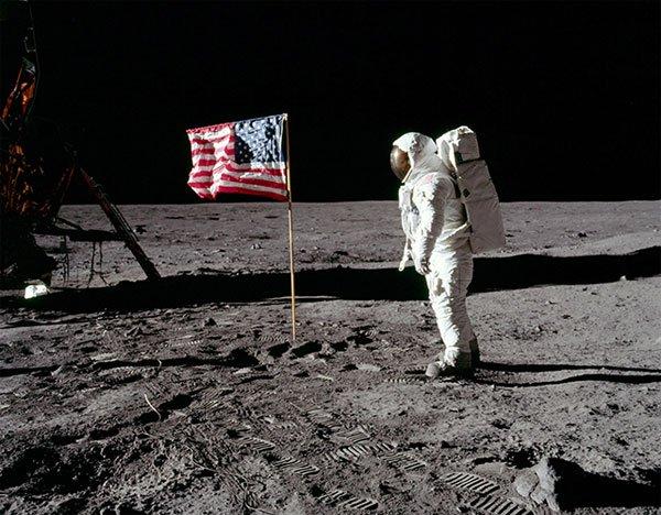 Truyền hình đã ghi lại sự kiện ngày 20/1/1969 khi nhà du hành vũ trụ người mỹ Neil Amstrong cùng phi thuyền Apollo 11 đặt những bước chân đầu tiên lên mặt Trăng