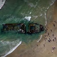 Xác 'tàu ma' dài 90 mét dạt vào bờ biển Mỹ