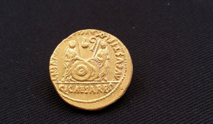 Một trong ba đồng xu vàng đúc dưới thời La Mã.