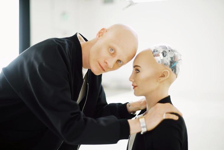 Robot Sophia bên cha đẻ của mình.