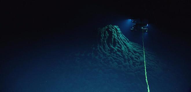 Vực thẳm Challenger, điểm sâu nhất của Mariana, khoảng 10.916m.