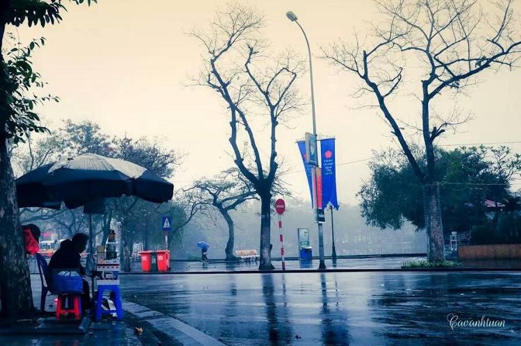 Những buổi sáng mùa đông, đất trời Thủ đô quánh đặc trong màn sương ảo mờ quấn quanh đường phố.