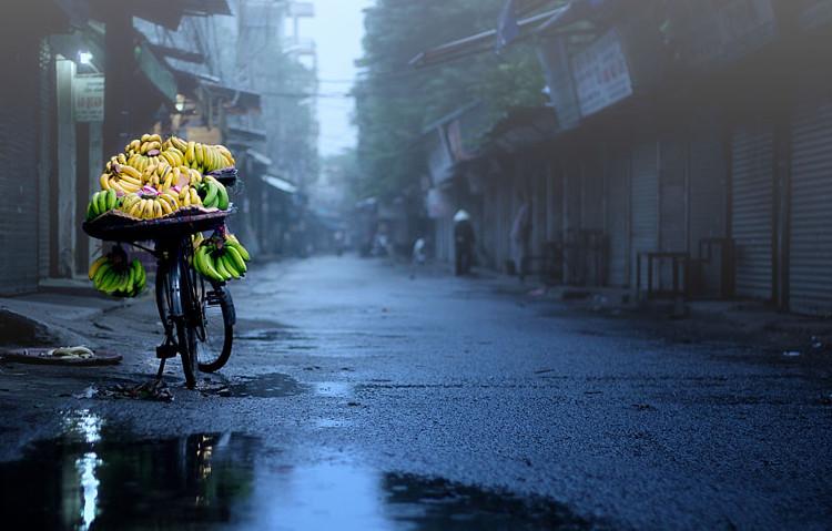 Hà Nội mùa này cũng có những cơn mưa làm buồn thêm cảnh vật.